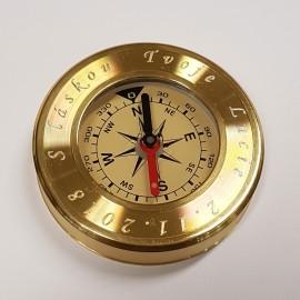 Zlacený kovový kompas